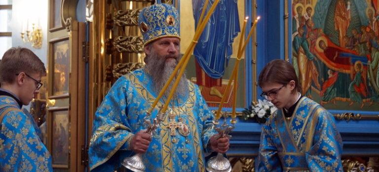 В праздник Успения Пресвятой Богородицы митрополит Артемий совершил Божественную литургию в Градо-Хабаровском соборе Успения Божией Матери